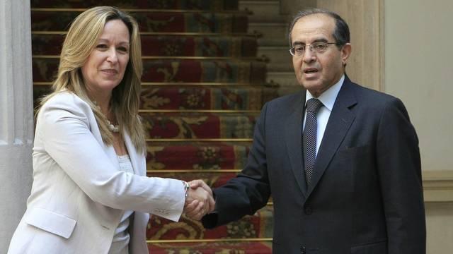 Spaniens Aussenministerin Trinidad Jiménez und Mahmud Dschibril, Chef der libyschen Übergangsregierung, posieren in Madrid für Fotografen