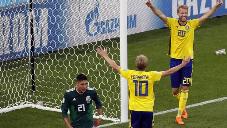 Ola Toivonen und Emil Forsberg jubeln über das 3:0.