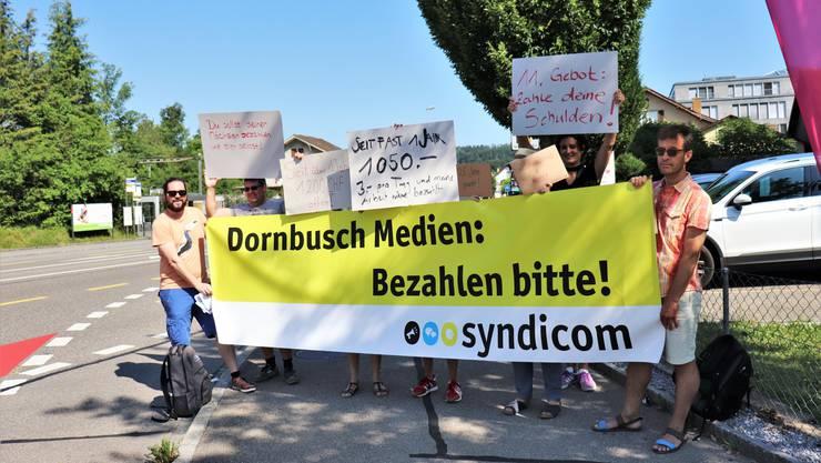 Freischaffende Journalisten protestieren mit der Gewerkschaft Syndicom vor der Dornbusch Medien AG in Dättwil.