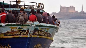 Ein Flüchtlingsboot kommt im August 2013 im Südosten Siziliens an