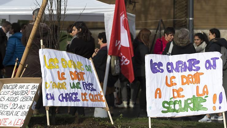 Im Kanton Waadt protestieren Betreuer, Eltern und Kinder gegen ein neues Reglement für die ausserschulische Kinderbetreuung, das die geltenden Bestimmungen für die Zahl der Kinder pro Fachkraft lockern will.