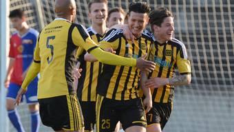 Torschütze Luis Gutierrez (Mitte) und die Old Boys freuen sich über den Treffer zum 0:1.