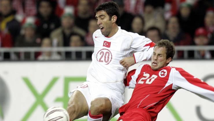 Hakan Sükür (links) duellierte sich 2005 in einem Länderspiel mit Patrick Müller.