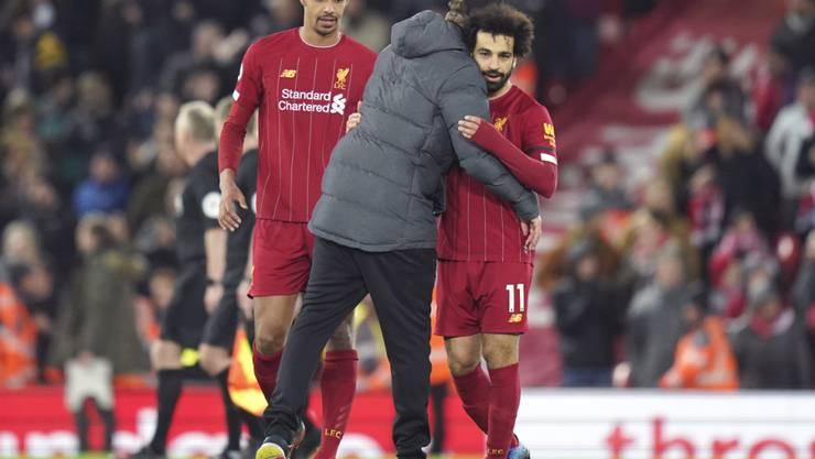 Liverpools Trainer Jürgen Klopp herzt Torschütze Mohamed Salah
