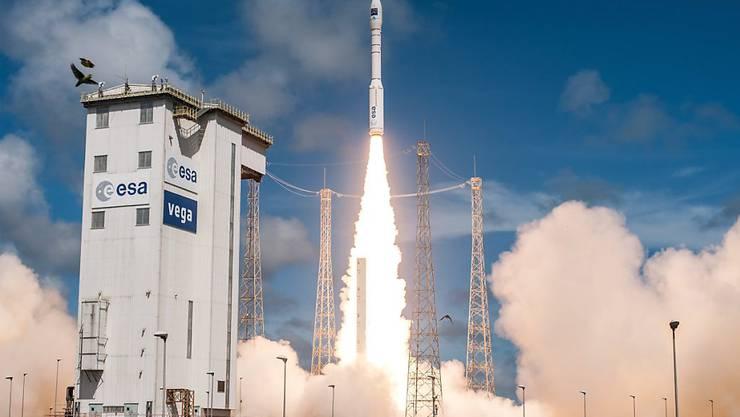 Start einer Arianespace- Trägerrakete auf dem Weltraumbahnhof Kourou in Französisch-Guayana.
