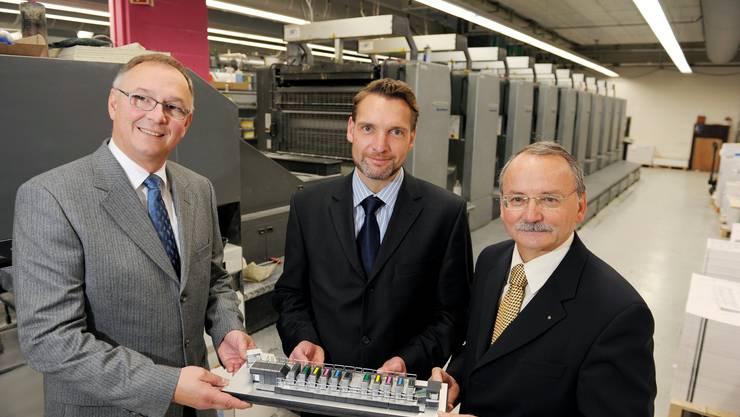 Die Multicolor Print AG in Baar: In der Mitte Daniel Ettlinger, heutiger CEO, 2008 bei einer Vertragsunterzeichnung.