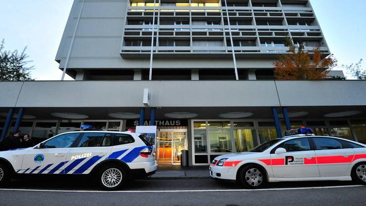 Stapo- und Kapo-Patrouillenfahrzeug vereint vor dem Oltner Stadthaus. Bald soll es nur noch eine Polizei geben.