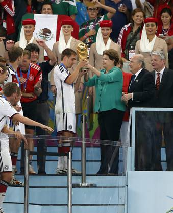 Der Pokal wird von Brasiliens Präsidentin Rousseff an Philipp Lahm übergeben