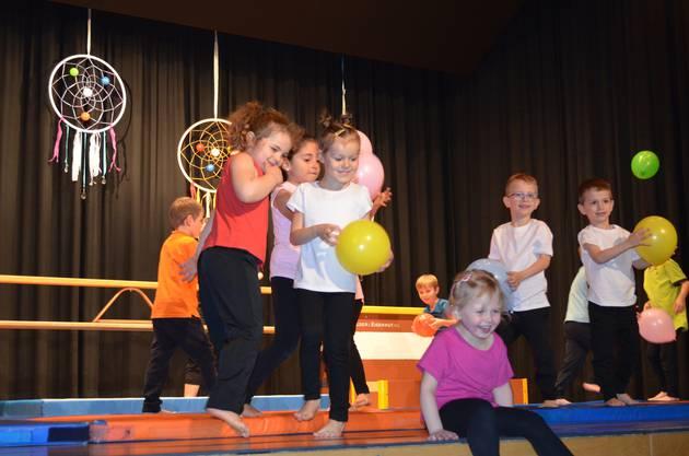 Die jüngsten Kinder des Abends bezaubern mit ihren Luftballons.