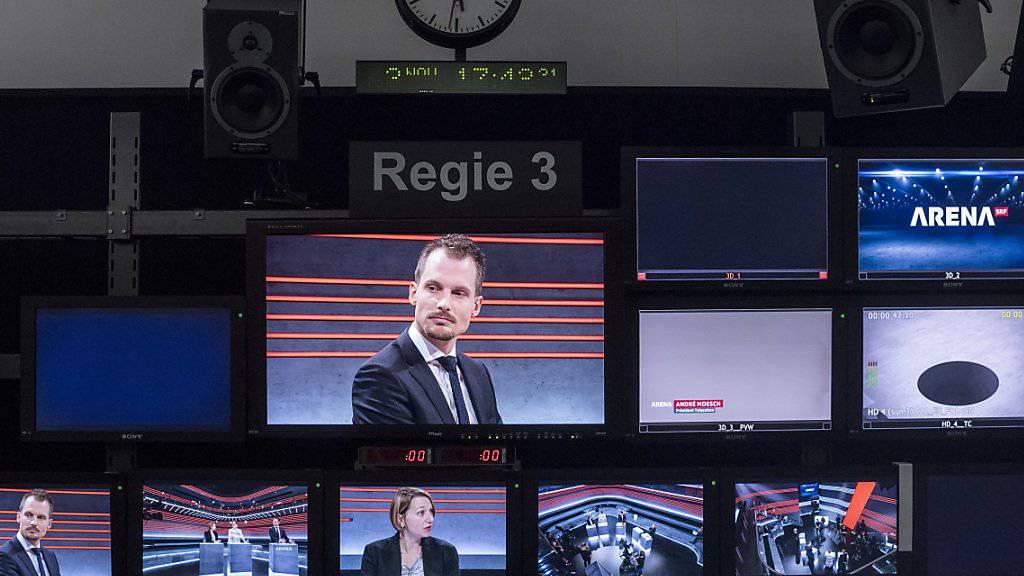 """Führte korrekt durch die Vollgeld-""""Arena"""": Moderator Jonas Projer, hier bei der Aufzeichnung der No-Billag-Sendung im November."""