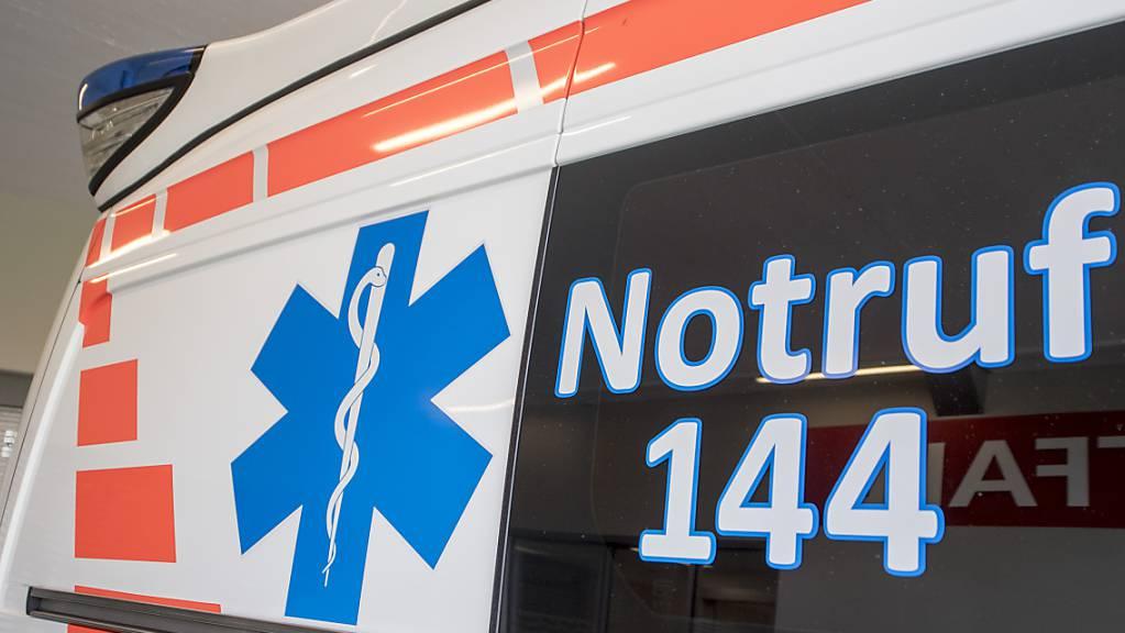 Die Ambulanz brachte den beim Streit verletzten Mann ins Spital. (Symbolbild)