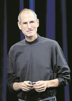 Steve Jobs (1955-2011), ehemaliger Apple-Chef: Mit einer unklaren Strategie hatte sich Apple beinahe in die Pleite manövriert. Dann kam Mitgründer Steve Jobs, der die Firma zuvor wegen eines Streits verlassen hatte, zurück. Ihm gelang mit dem Desktop-Computer iMac die Wende. 2007 landete Apple unter seiner Ägide mit dem iPhone den grossen Wurf. Heute ist Apple mit einem Marktwert von 1,35 Billionen Dollar der zweitwertvollste Konzerne der Welt. (gjo)