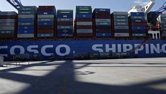Ein Cosco-Schiff am Hafen von Piräus: Hier sollen kriminelle Banden an einem riesigen Zoll- und Steuerbetrug beteiligt sein.