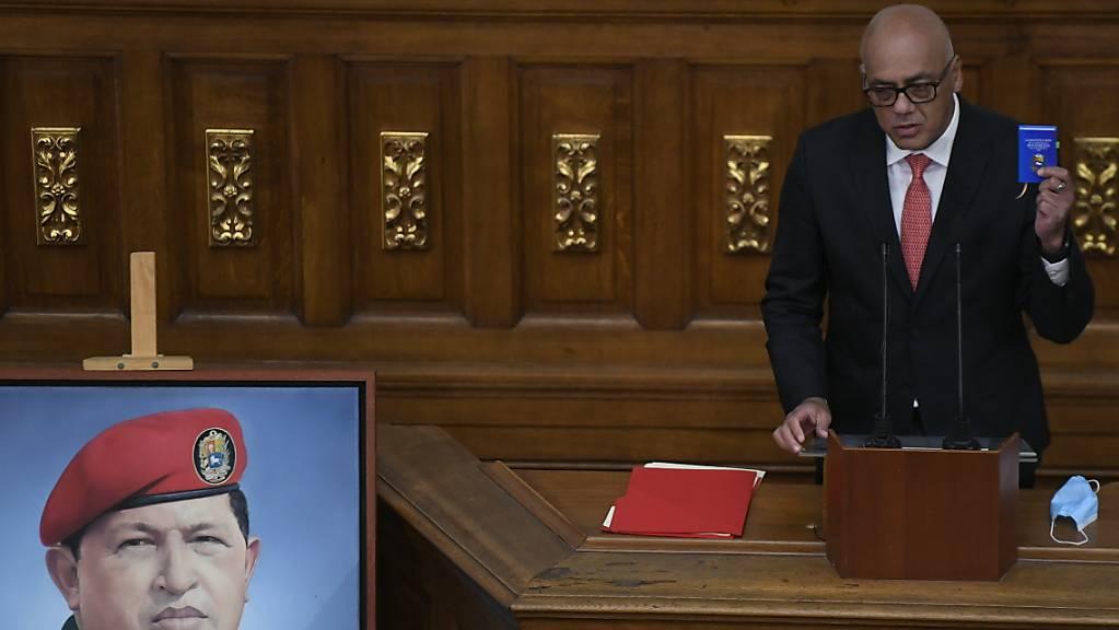 Jorge Rodriguez hält eine Rede, nachdem er als Präsident der Nationalversammlung vereidigt wurde. Foto: Matias Delacroix/AP/dpa