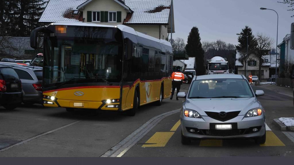 Bus überholt  – Mann angefahren und verletzt