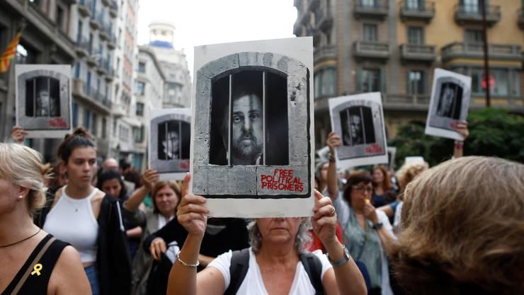 Eine Demonstrantin fordert Freiheit für Ex-Vizepräsident Oriol Junqueras.