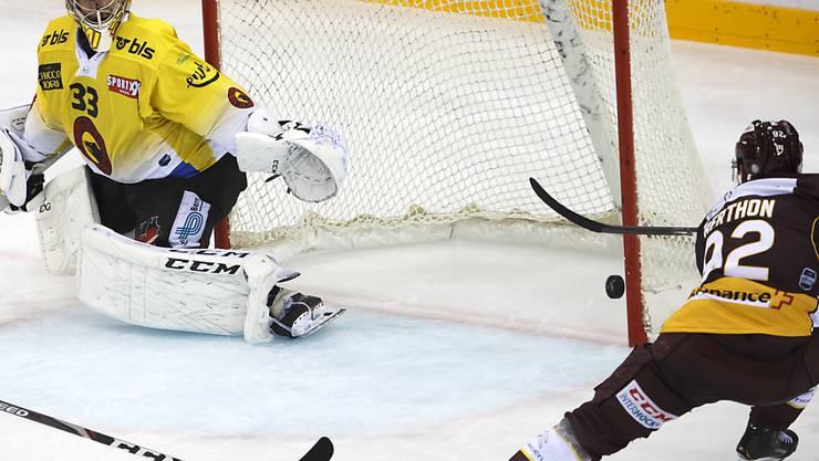 Servettes Center Eliot Berthon trifft gegen Berns Goalie Pascal Caminada zur 2:1-Führung