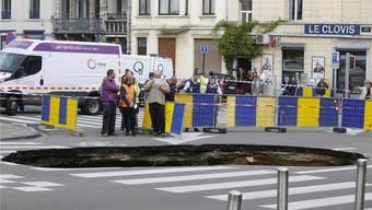Bei diesem Spalt in der Erde noch von «Schlagloch» zu sprechen, wäre untertrieben: Brüssel leidet an seiner Infrastruktur. HO