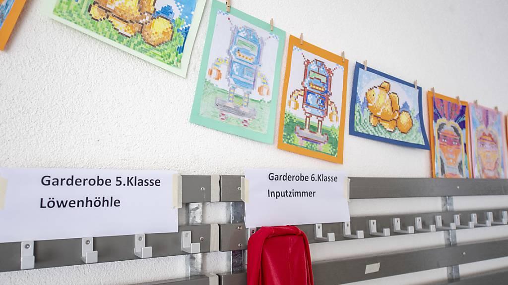 Das Primarschulhaus in Sarnen: In Obwalden soll die Aufgabenteilung zwischen Kanton und Gemeinden bei der Volksschule überprüft werden. (Archivbild)