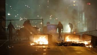 Vermummte haben in der Nacht auf Sonntag bei der Reitschule Barrikaden in Brand gesetzt sowie Polizei und Feuerwehr mit Steinen und Feuerwerkskörpern angegriffen.