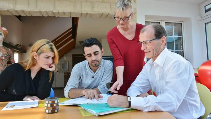 Roken Mohammad und Faek Ramadan sind vor einem Jahr aus Syrien geflüchtet. Maria und Johannes Kleiner helfen ihren Gästen, Deutsch zu lernen.