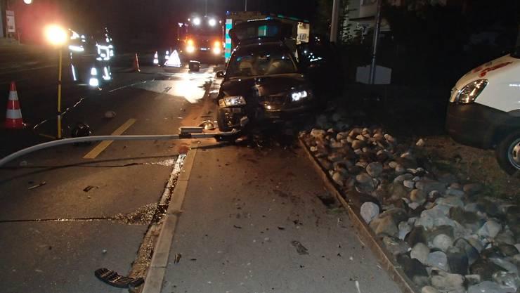 Das Auto musste von der Feuerwehr vom Kandelaber befreit werden.