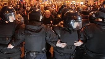 Polizei gegen Protestierende am Samstag in St. Petersburg.