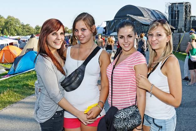 Katja, Sandra, Tamara und Linda gefällt es auf dem Heitere und sie gefallen den Jungs.