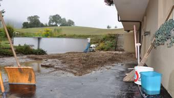 Zerstört: Der Garten von Peter Kym in Schupfart wurde vom Schlamm heimgesucht, während in Kaisten die Reben vom Unwetter stark gezeichnet und bis zu 40 Prozent beschädigt wurden. (Bilder: sha)