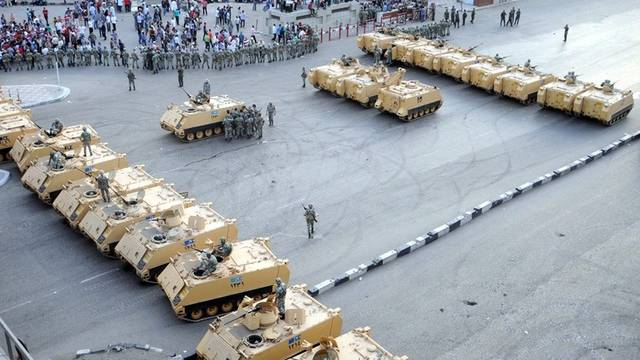 Das ägyptische Militär blockiert die Strasse in der Nähe des Verteidigungsministeriums