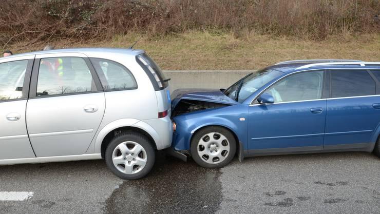 Der Unfallverursacher schob drei Autos vor sich her.