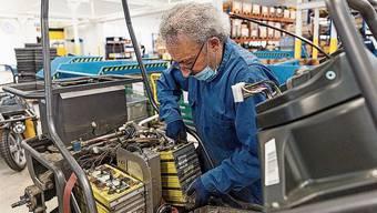 Bei Kyburz werden die Batterien der eigenen Fahrzeuge recycelt. Dafür müssen die Autos zuerst aufgesägt werden.