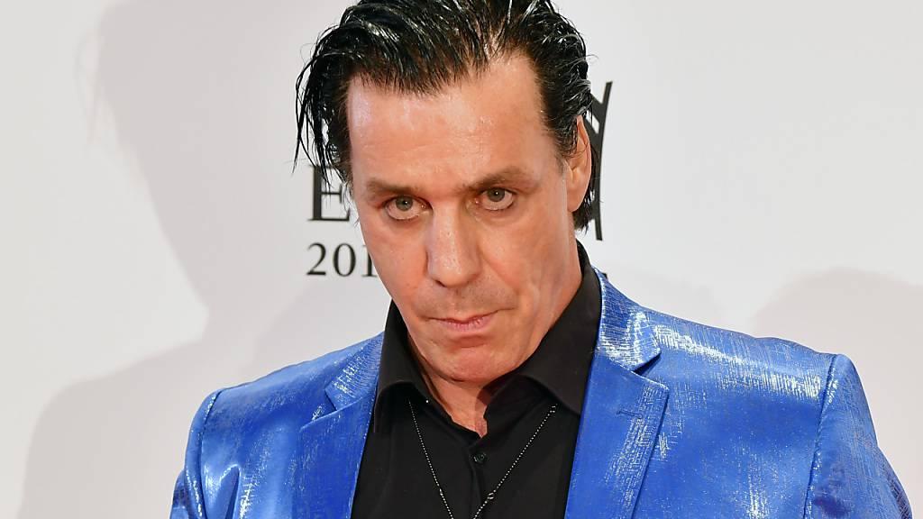 Rammstein-Sänger Till Lindemann wird nach einer Nacht auf der Intensivstation weiter im Spital behandelt. (Archivbild)
