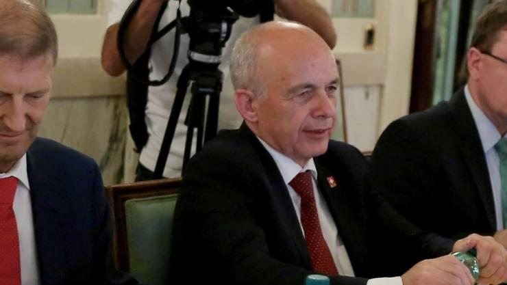Bundesrat Ueli Maurer stellt sich im Innenministerium in Rom den Medien.
