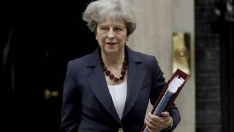 Theresa May verlässt Downing Street 10: Die von ihr angeführte Minderheitsregierung hat dank der Stimmen der nordirischen DUP die erste Abstimmung im Parlament gewonnen.