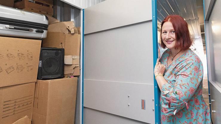 Sabina Seeger zeigt ihren ganzen Besitz, eingelagert in der Myplace-Filiale in Zürich Binz.