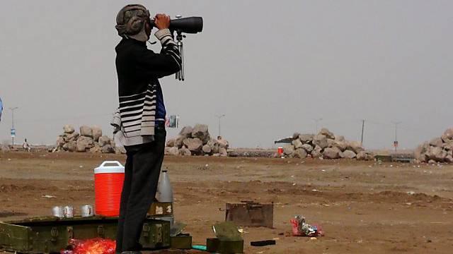 Jemenitischer Stammeskrieger beobachtet Huthi-Kämpfer (Archiv)