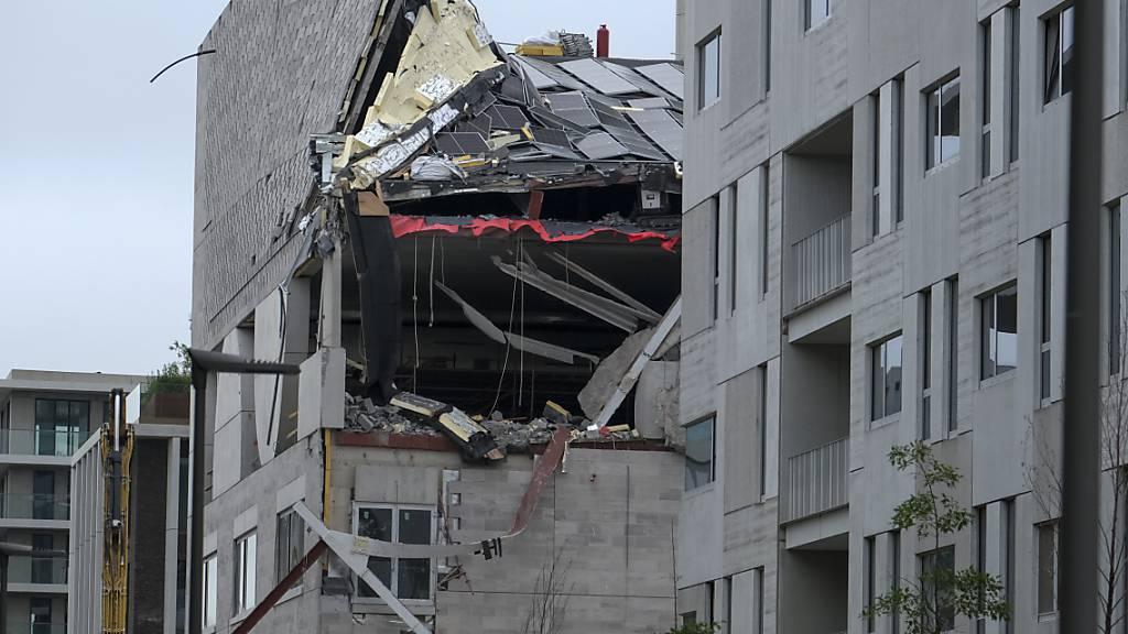 Blick auf ein eingestürztes Gebäudes auf einer Baustelle in der Jos Smolderenstraat im Stadtteil Nieuw Zuid. Nach dem Einsturz einer im Bau befindlichen Grundschule in der belgischen Hafenstadt Antwerpen fanden die Suchtrupps im Laufe des Samstags insgesamt fünf Tote unter den Trümmern. Foto: Nicolas Maeterlinck/BELGA/dpa