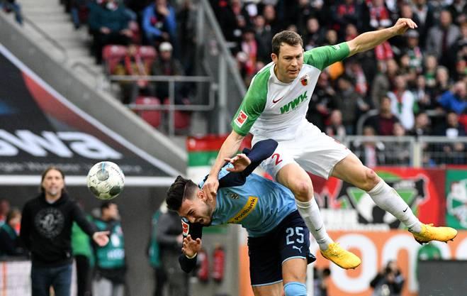Vielleicht eines seiner letzten Bundesligaspiele: Stephan Lichtsteiner im Duell mit Gladbachs Ramy Bensebaini.