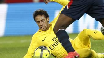 Neymar gibt den Ball auch am Boden liegend nicht her