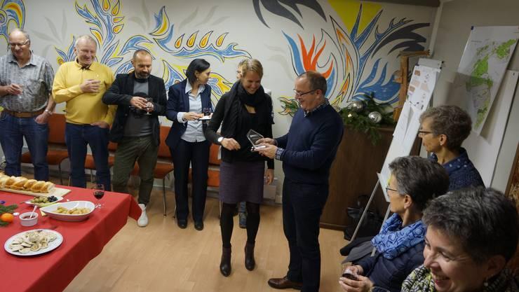 Marco Lupi, GA Weissenstein GmbH, überreicht Gemeindepräsidentin Pascale von Roll zur Freude der Anwesenden den symbolischen Preis und brachte das Apéro gleich selber mit.