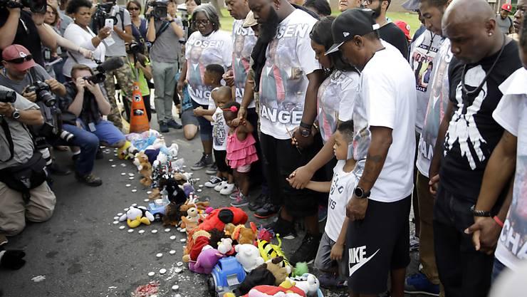Ein Jahr nach dem Tod des Teenagers Michael Brown gedenken Menschen in Ferguson des Schwarzen. Im Bild: Familie und Freunde Browns.