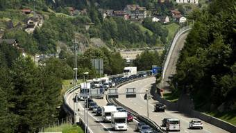 Wie jeden Sommer stehen die Autos vor dem Gotthardtunnel (Archiv)