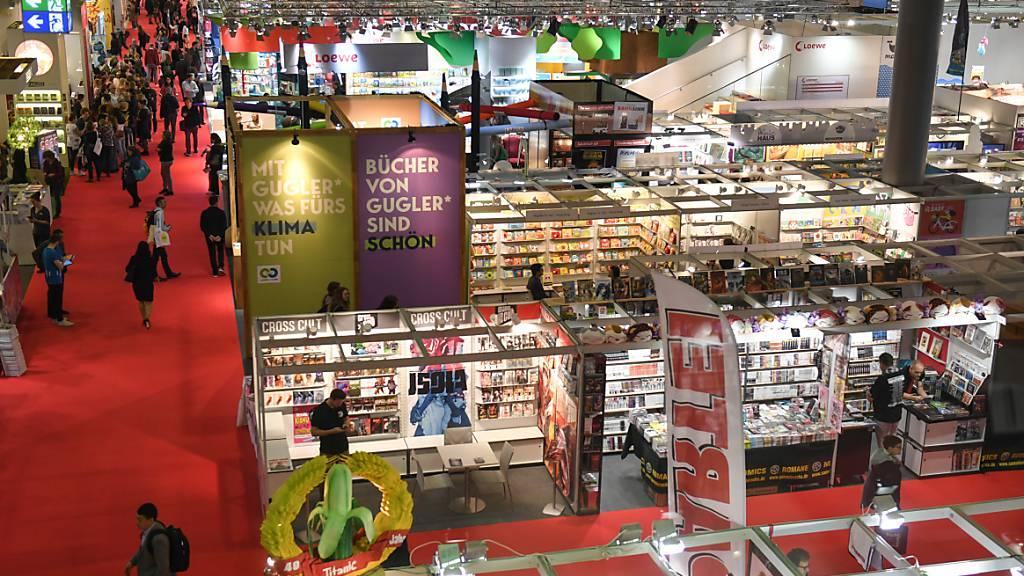ARCHIV - Blick über eine Ausstellungshalle der Frankfurter Buchmesse. Foto: Jens Kalaene/dpa-Zentralbild/dpa