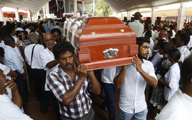 Am Dienstag wurden die ersten Opfer beigesetzt in Colombo.