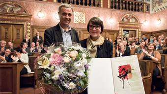 Regierungspräsident Guy Morin übergibt der Designerin, Künstlerin und Siebdruckerin Fabia Zindel den mit 20000 Franken dotierten Kulturpreis im Grossratssaal in Basel. Roland Schmid