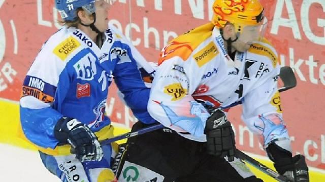 Klotens Schulthess (l.) im Zweikampf mit Fribourgs Topskorer Sandy Jeannin