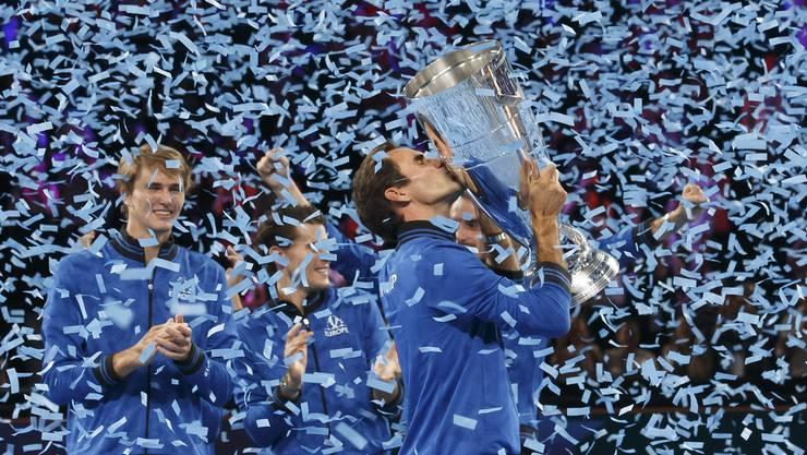 Gewonnen: Roger Federer küsst den Laver Cup.