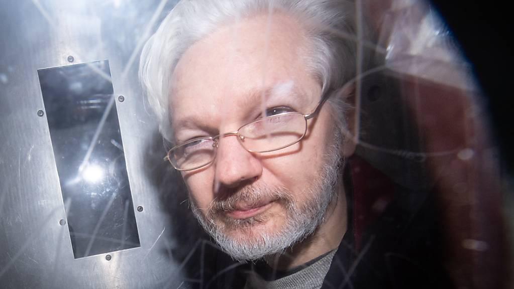 Wikileaks-Gründer Julian Assange verlässt das Gerichtsgebäude. Der High Court in London teilte am Donnerstag mit, dass er die Berufung im Auslieferungsverfahren der USA in «beschränkter Weise» zulasse. Daraufhin forderte die Organisation Reporter ohne Grenzen erneut die Freilassung Assanges. (Archivaufnahme)