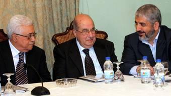 Der palästinensische Präsident Mahmoud Abbas (l) bespricht mit Salim al-Zanoun und dem Führer der Hamas Khaled Meshaal (r) die Versöhnung palästinensischer Gruppen in Kairo